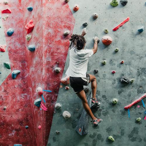 Bild einer kletternden Person.